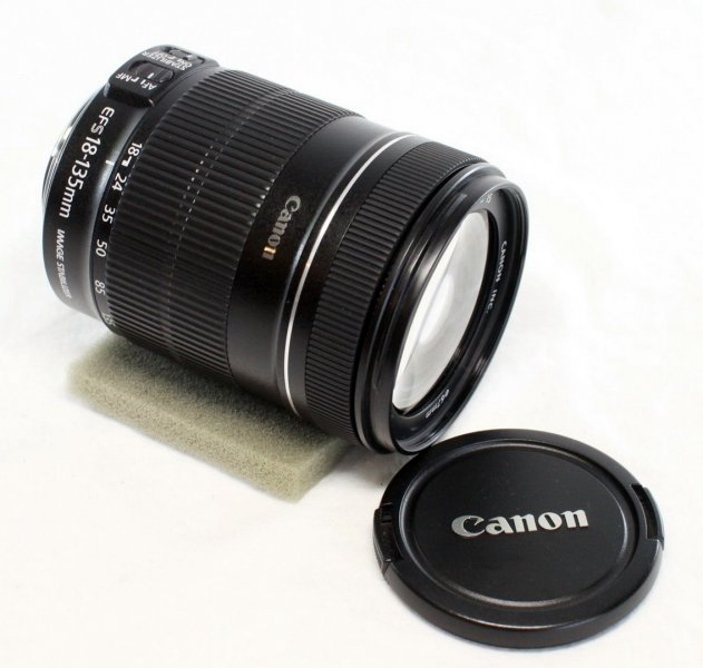 Canon zoom lens EF-S 18-135mm 3.5-5.6 IS